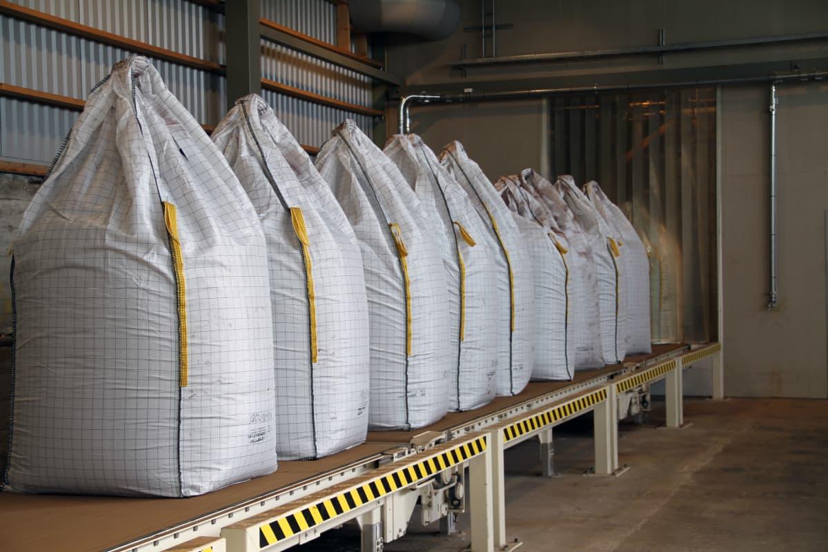 Ligniinisäkkejä Stora Enson Sunilan tehtaalla. Puusta erotetusta ligniinistä valmistetaan hiilimateriaalia, jolla voidaan korvata grafiitti akuissa.