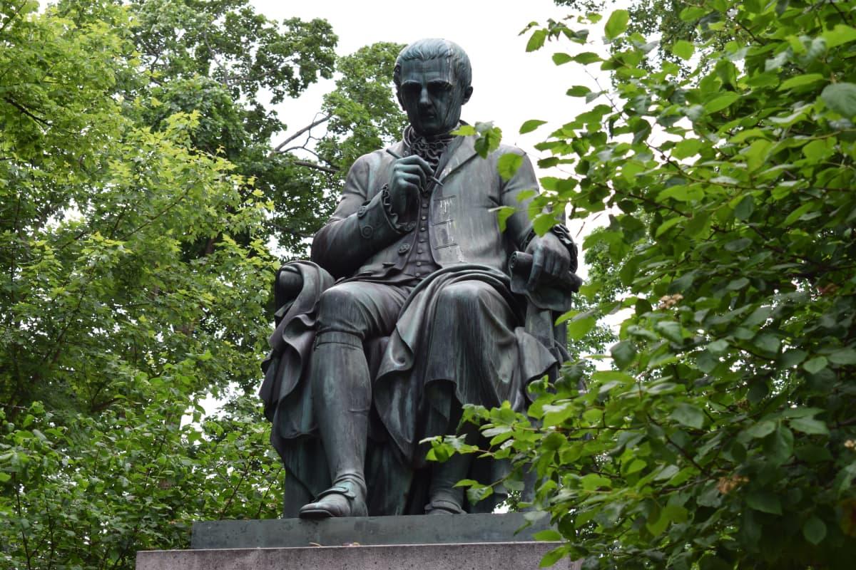 Henrik Gabriel Porthanin patsas Turussa.