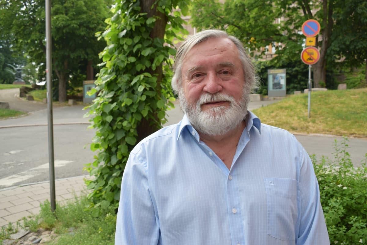 Emeritusprofessori Timo Soikkanen taidemuseonmälellä Turussa.