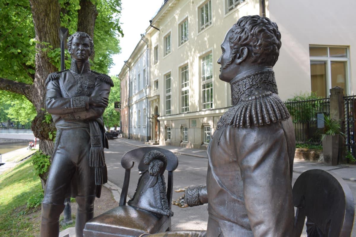 Tapaaminen Turussa 1812 -patsas Turun Aurajokirannassa.