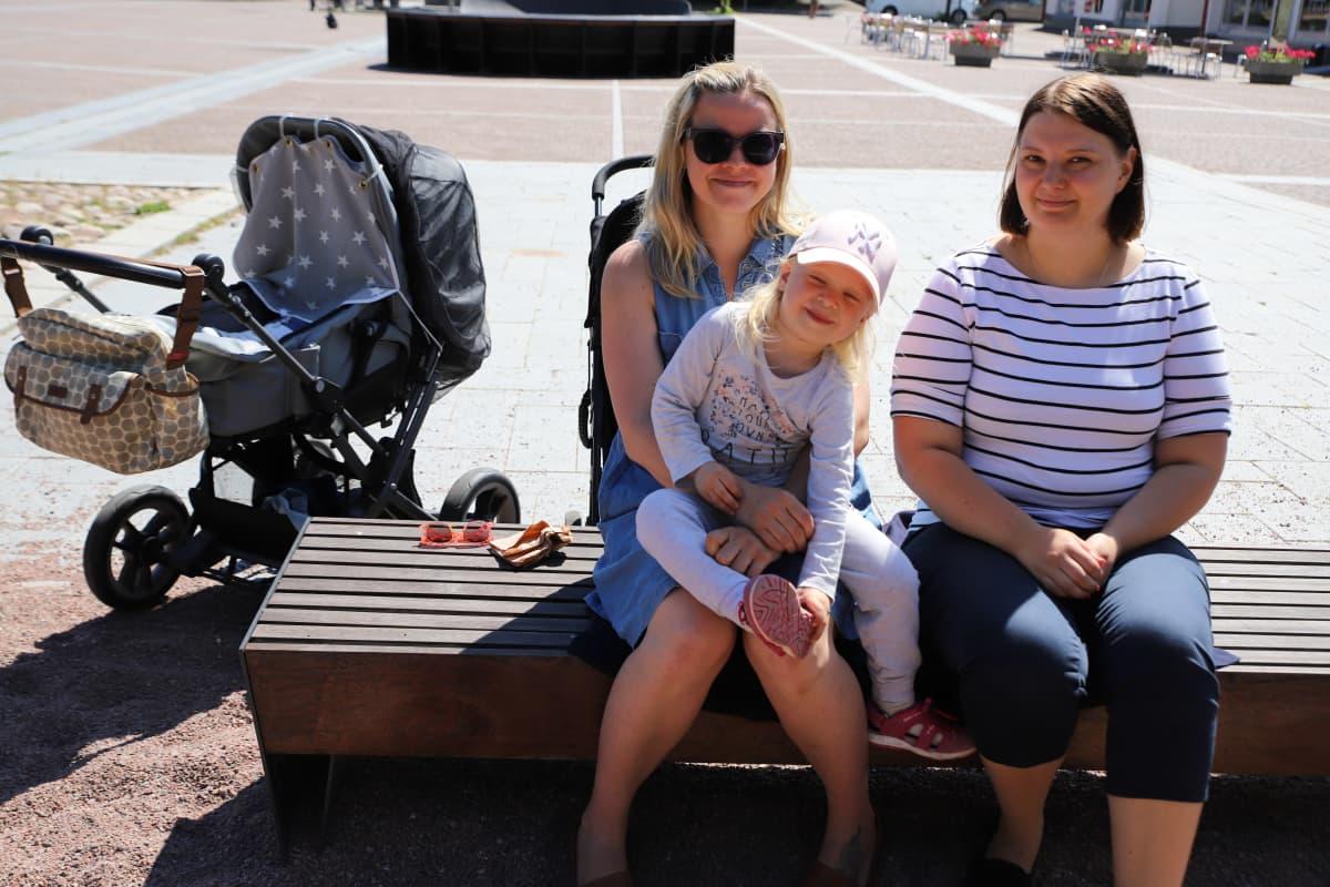 Janita Päivärinta tapasi Turusta tulleen Heidi Ihalaisen Uudessakaupungissa. Sylissä Minka Oittinen.