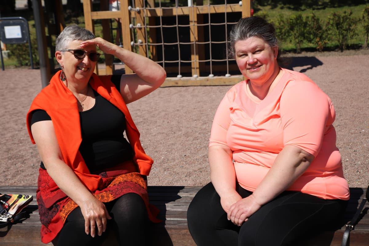 Pirjo Tamminen ja Päivi Aalto viettävät kesäpäivää ulkosalla.
