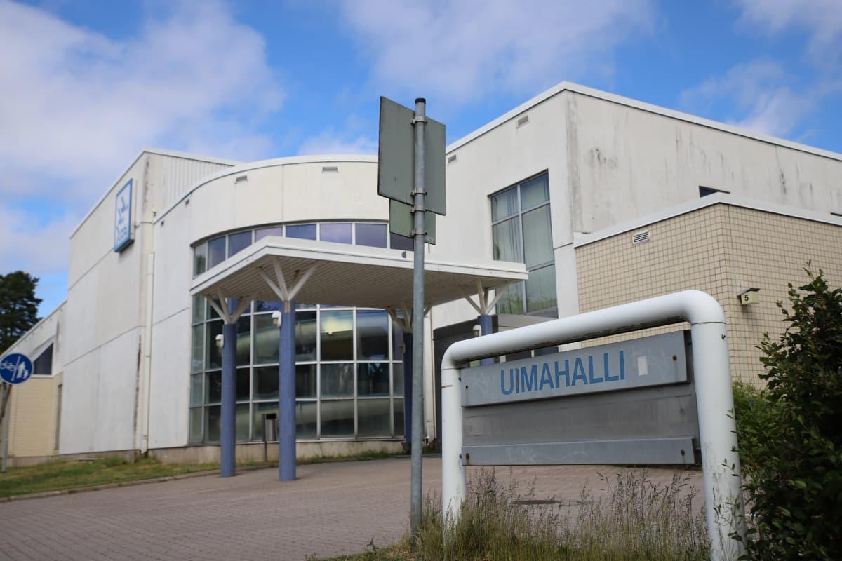 Uudenkaupungin 80-luvulla valmistunut uimahalli on yksi korvattavista rakennuksista.