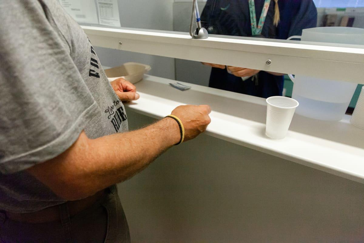 Korvaushoidon asiakas odottamassa annostaan Suboxonea lääkkeenjaossa.