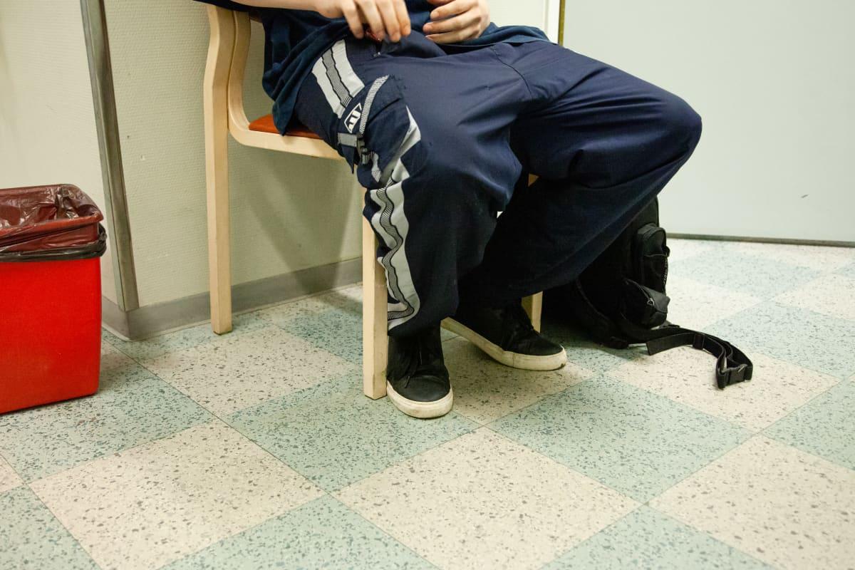 Korvaushoidon asiakkas odottamassa lääkkeenjaolle Lappeenrannassa.