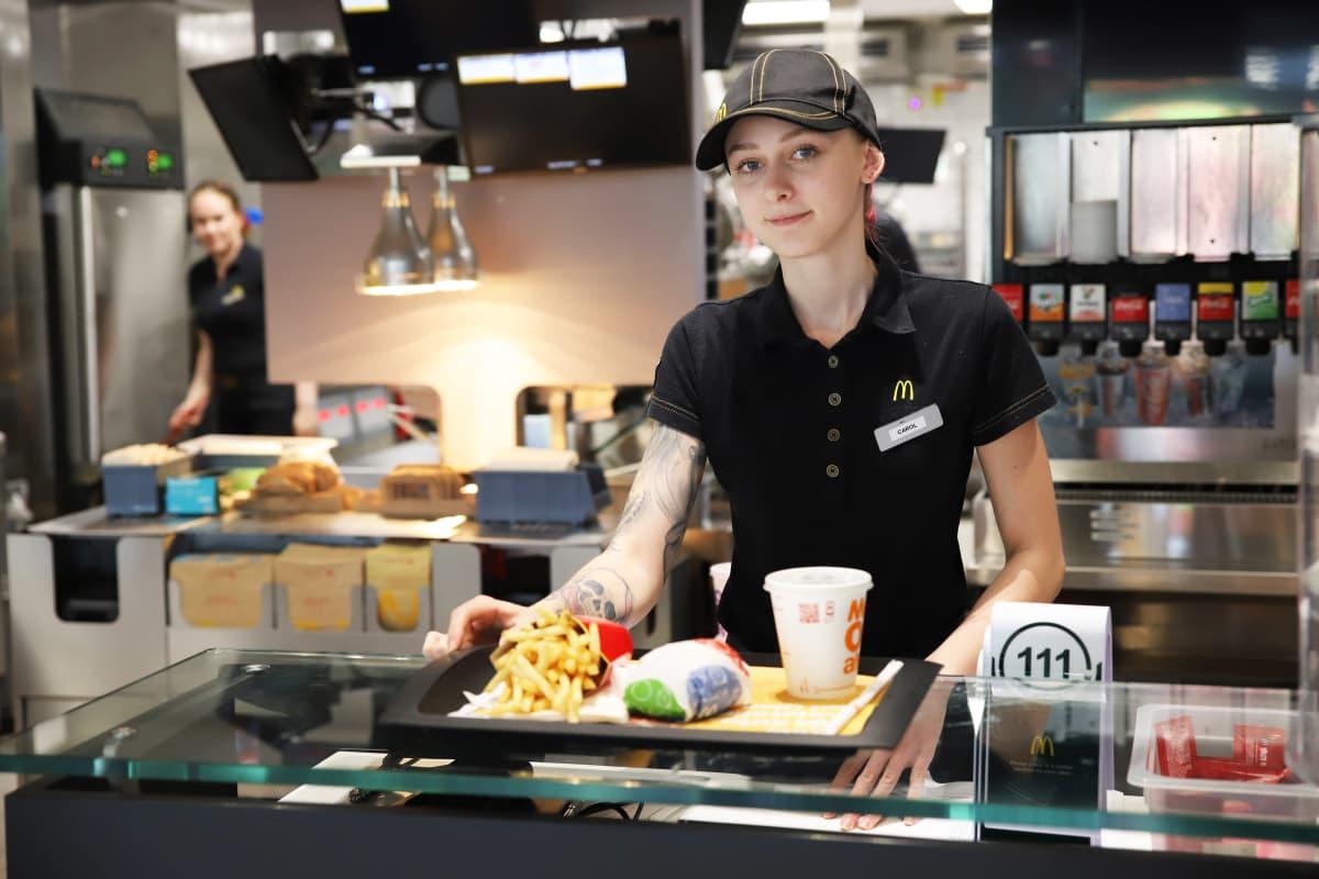 Carol Petrauskas Kotkan McDonald's:issa töissä.