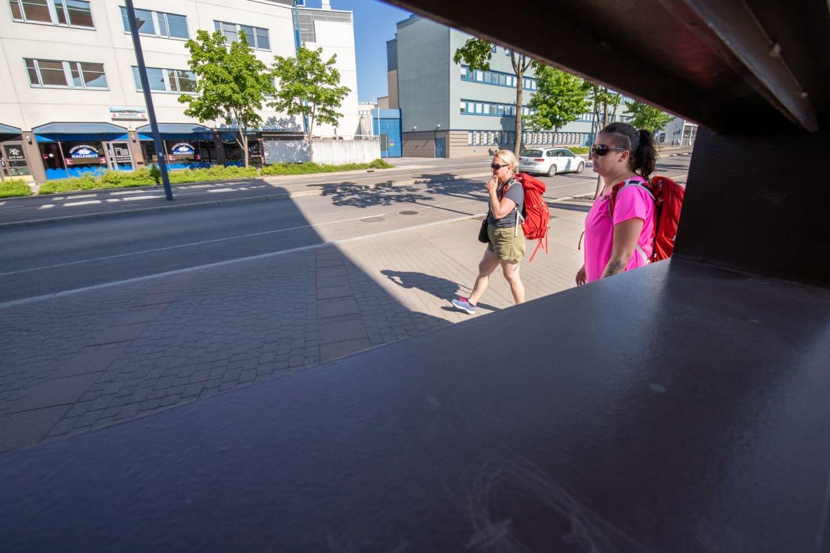 Tukialus-hankkeen Minna Lapisto ja Katja Hartikainen kävelevät Jyväskylän matkakeskuksen vieressä.
