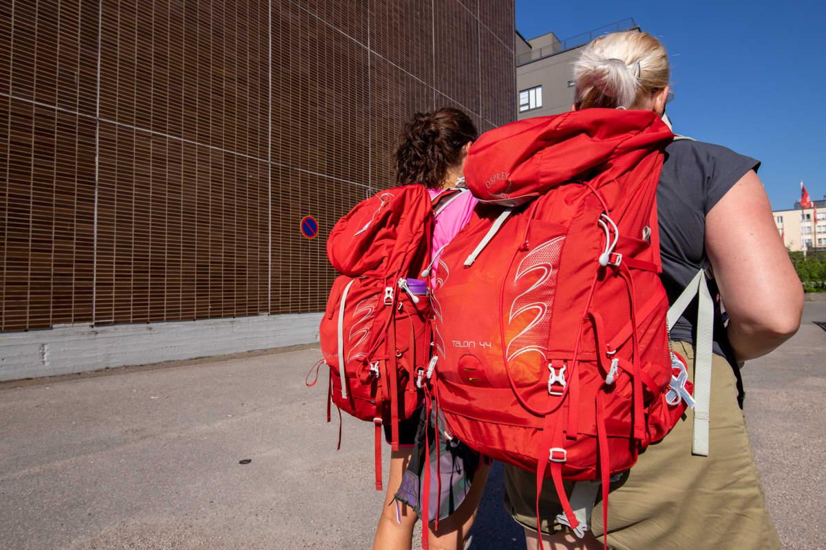 Tukialue-hankkeet työntekijöillä on selässään punaiset reput.