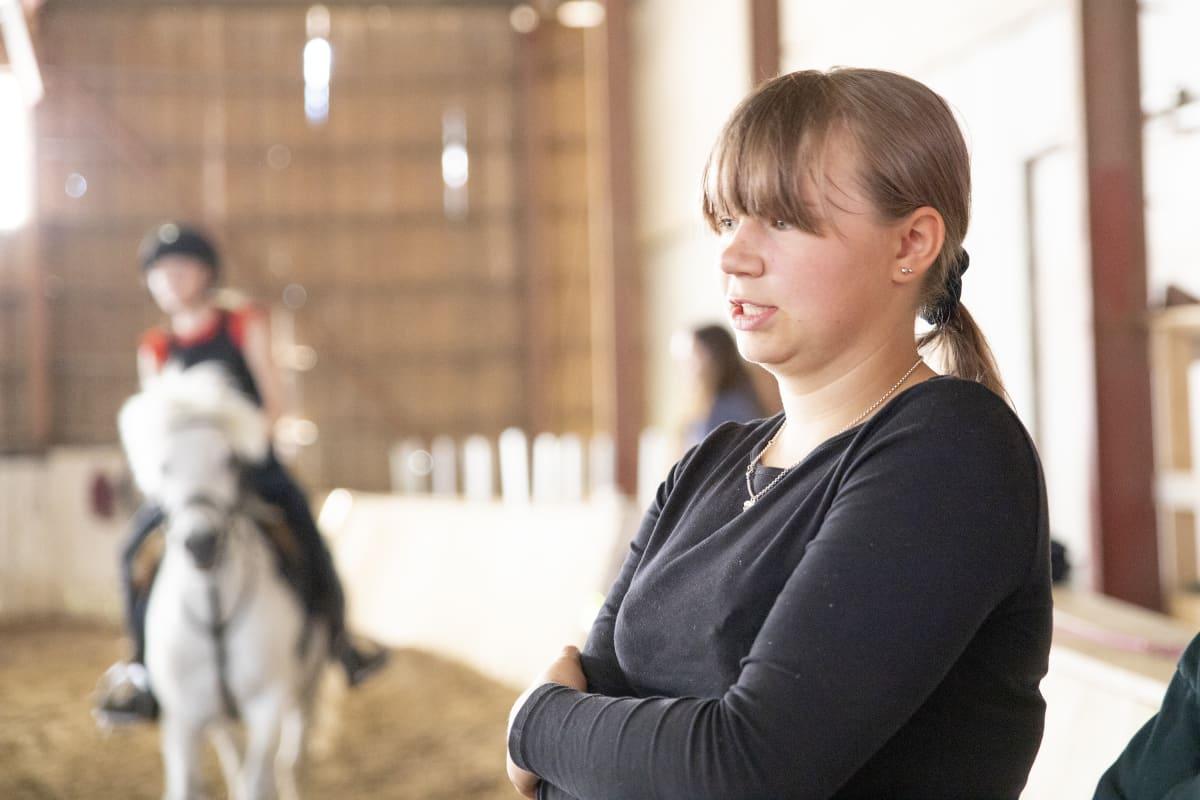 Ratsastusleiriavustaja Taimi Siikström.