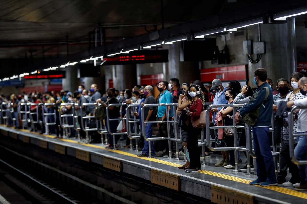 Matkustajia São Paulon Se-metroasemalla Brasiliassa 24. kesäkuuta.