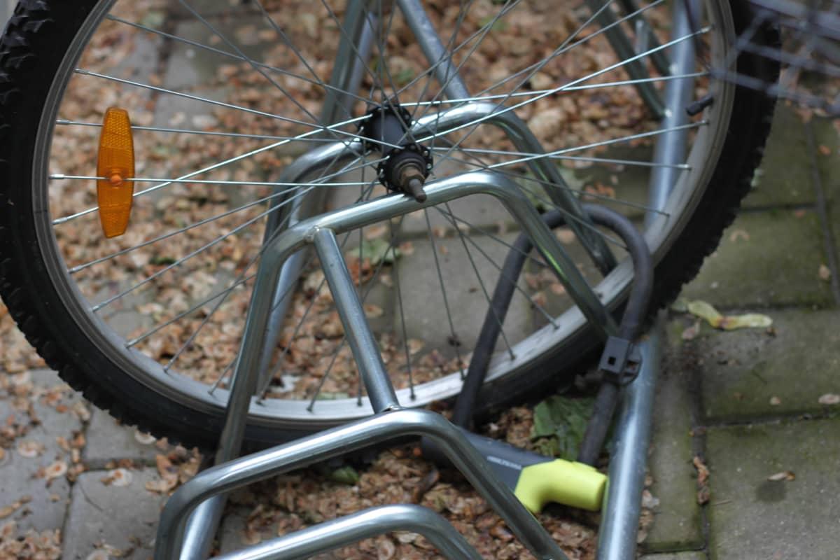 Ett cykelhjul som är fastlåst i en cykelställning. Någon har stulit själva cykeln.