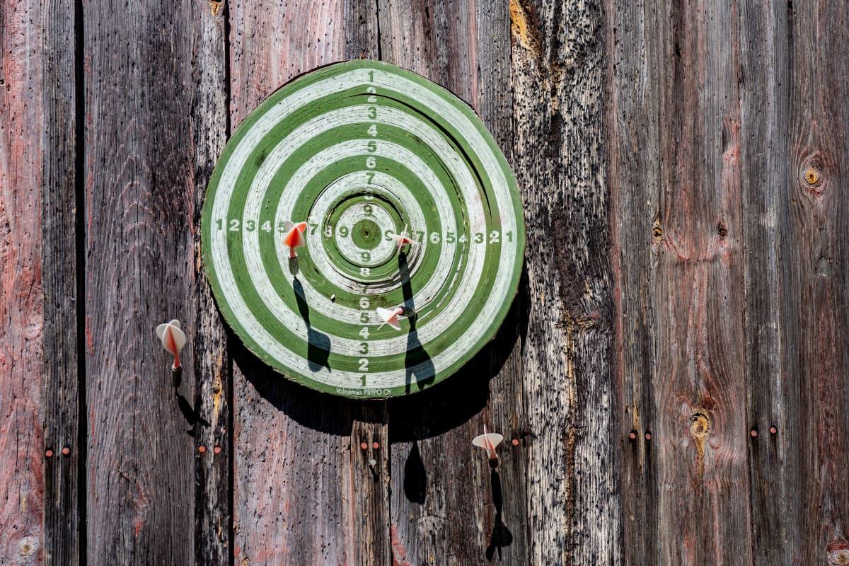 Tikkataulu puisella seinällä.