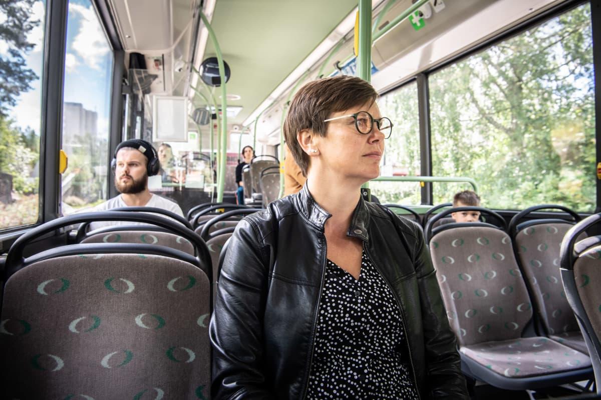 Ihmisiä linja-autossa.