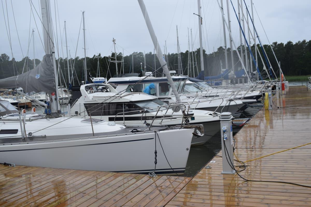Veneitä Nauvon vierasvenesatamassa sadepäivänä.