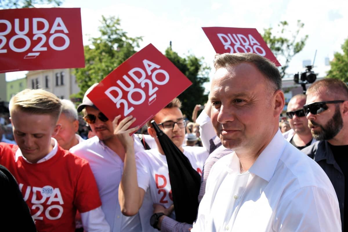 Puolan istuva presidentti Andrezj Duda tähtää toiselle kaudelle. Duda kampanjoi vielä ennen vaaleja Debicassa 10. heinäkuuta 2020.