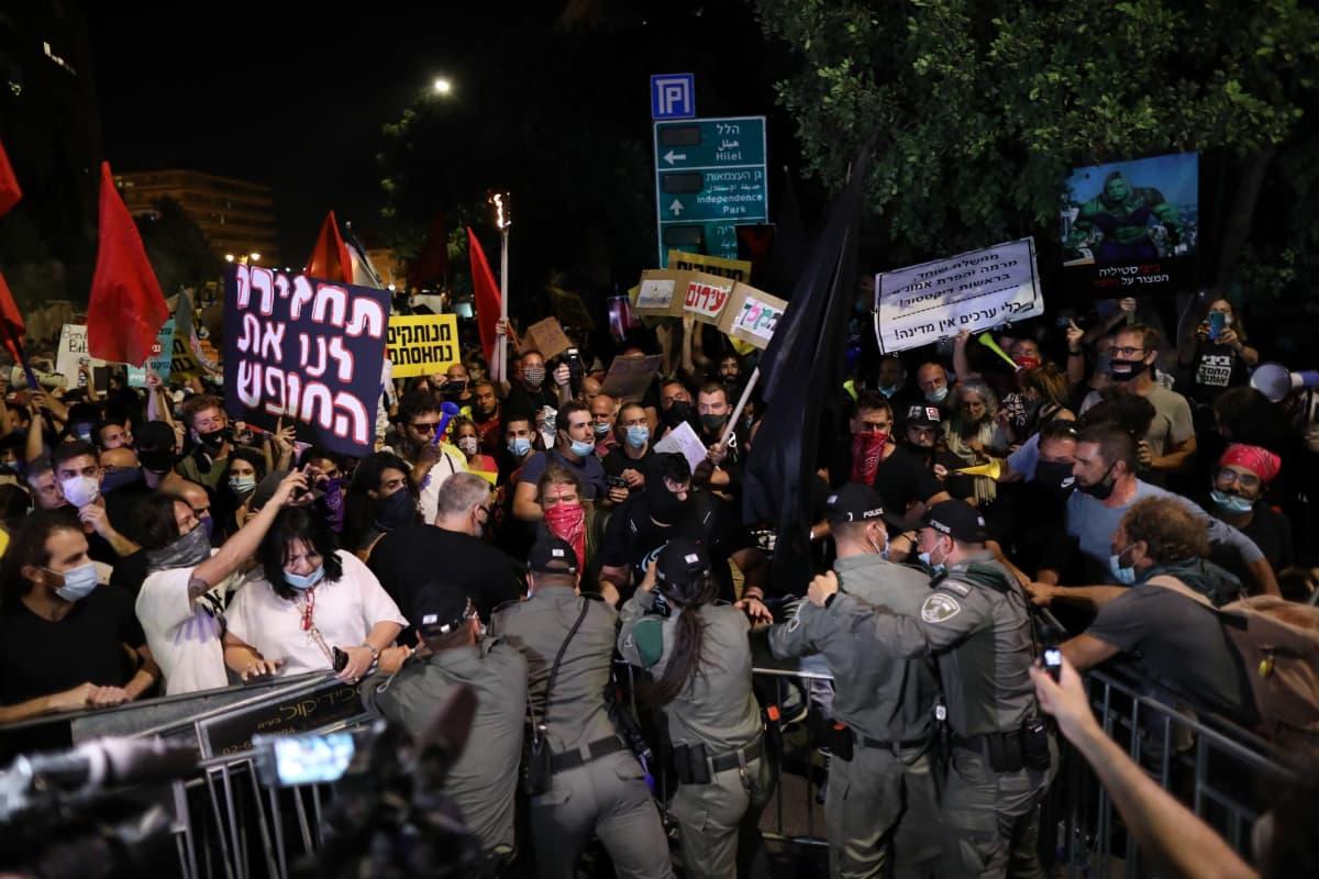Protestoijat ja poliisit ottivat yhteen 14.7. 2020 pääministeri Benjamin Netanyahun virka-asunnon ulkopuolella Jerusalemissa.