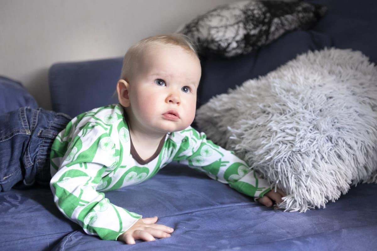 Vauva katselee silmät pyöreänä