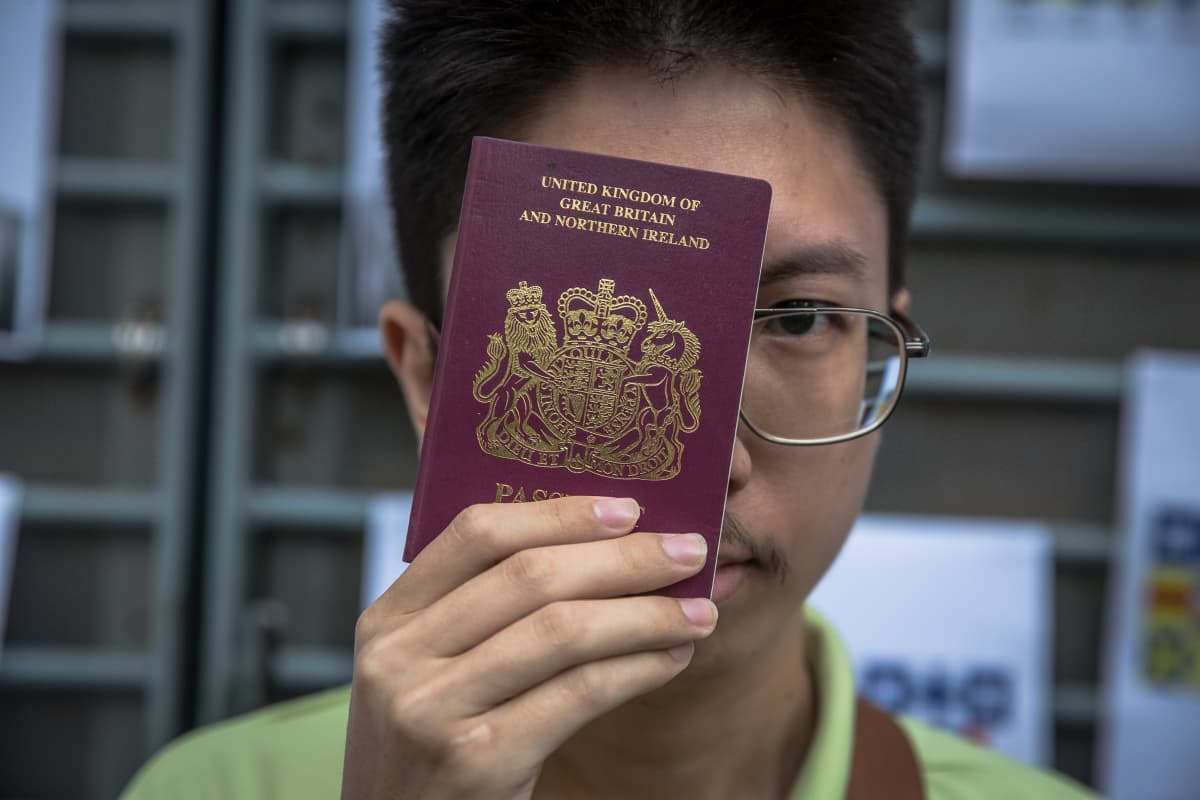 Hongkongilaismies pitelee Britannian passia