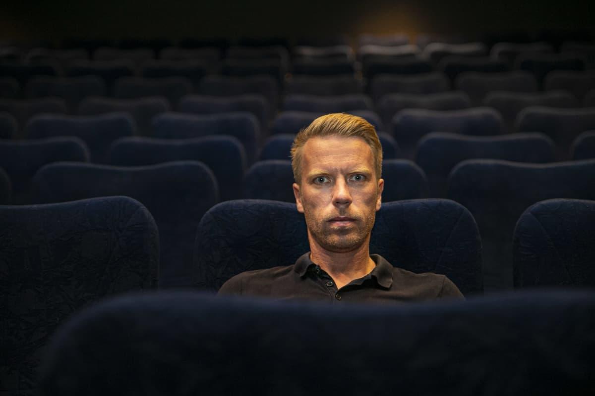 Aku Jaakkola elokuvateatterissa.