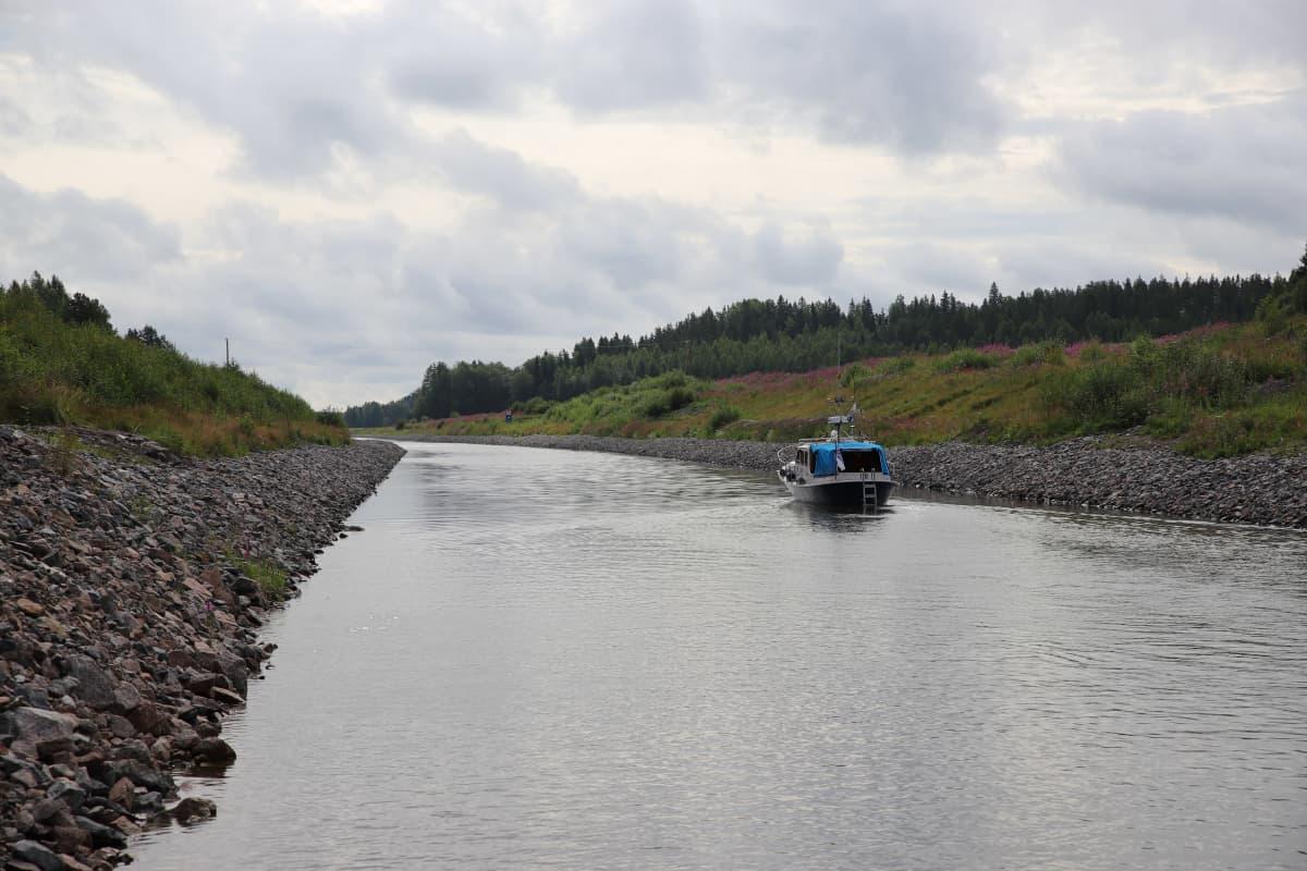 Kimolan kanavalta jatkuva Kymijoki, jossa vene.