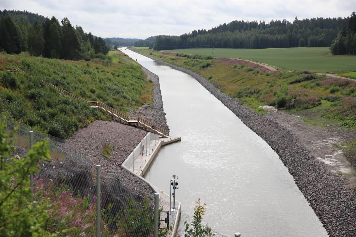 Kimolan kanavalta jatkuva Kymijoki.