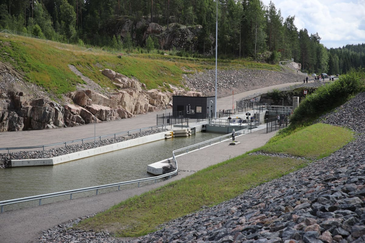 Kimolan kanava kuvattuna alueen parkkipaikalta.