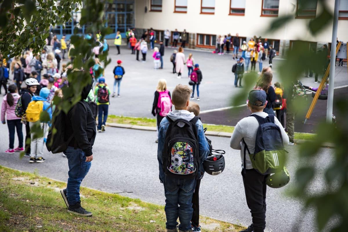 Koululaiset aloittamassa koulupäivää Kajaanin keskuskoulun pihassa.