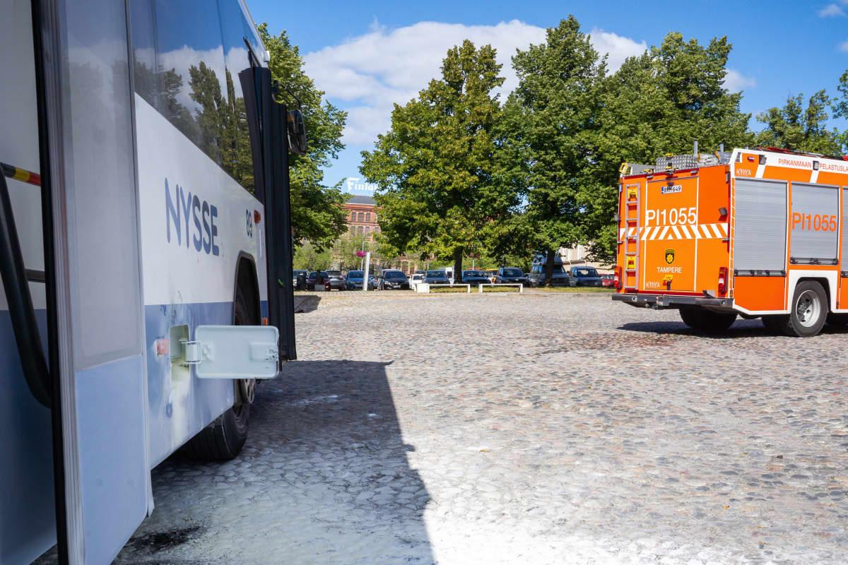 Palanut bussi Tampereen Keskustorilla.