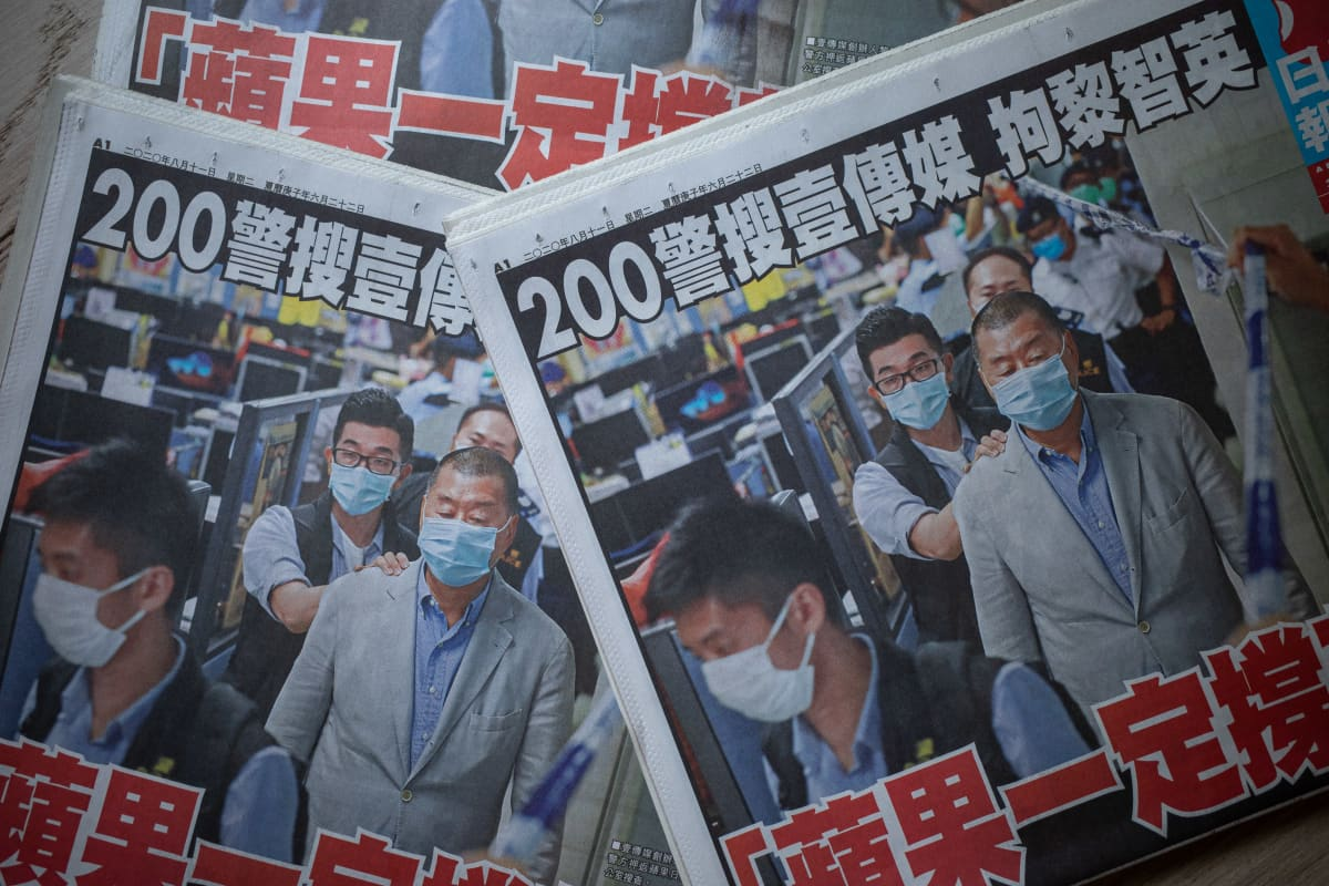 Apple Daily -lehden etusivulla kerrotaan, kuinka Jimmy Lai pidätettiin maanantaina 10.elokuuta 2020.