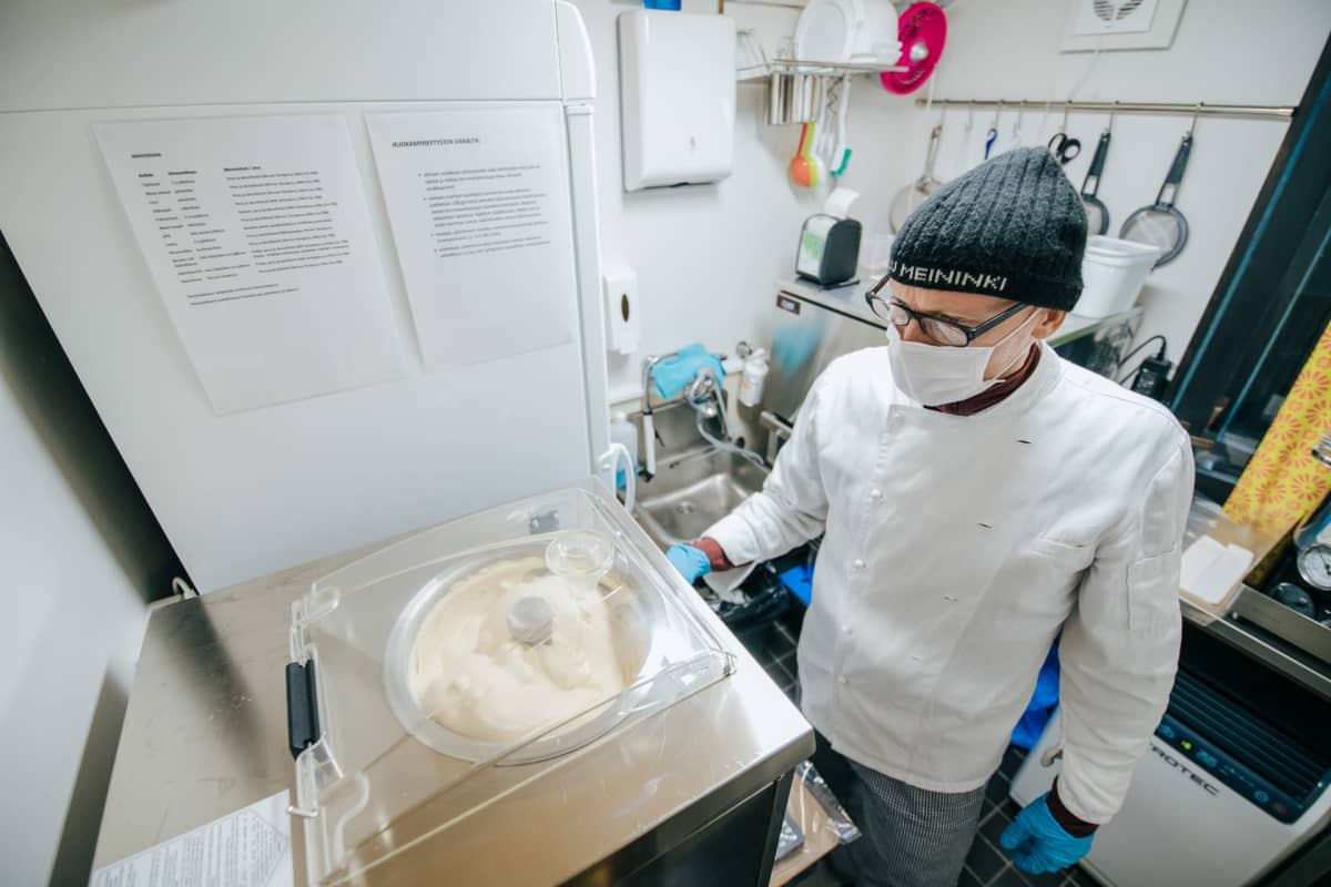 Olli-Pekka Niskanen vahtii jäätelön valmistumista.