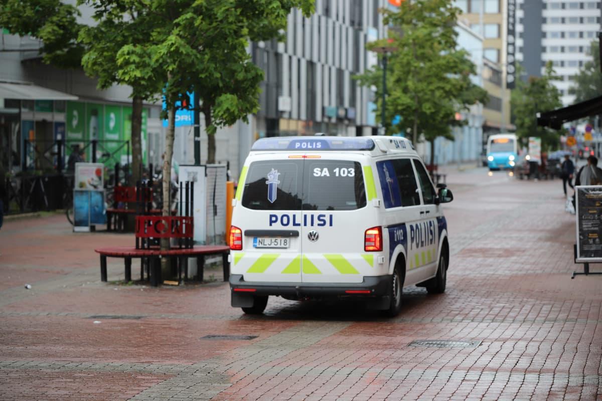 Poliisiauto Porin kävelykadulla.