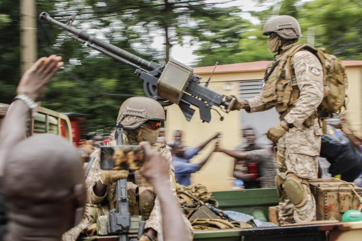 Kapinoivat sotilaat ajoivat aukion läpi Malin pääkaupungissa Bamakossa.
