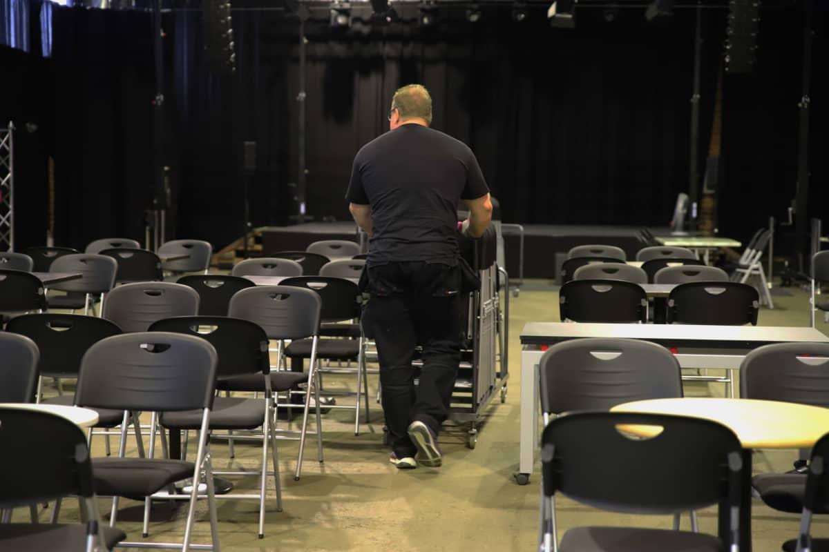 Pato Areenan tapahtumatuottaja Vesa Parvinen siirtelee tuoleja.
