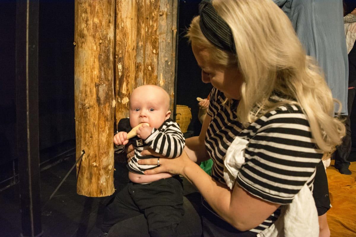 Benjamin ja Annu Kuronen vauvateatterissa.