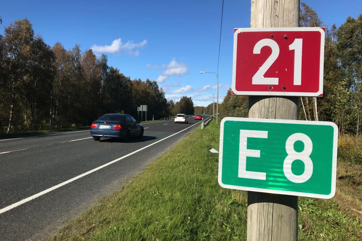Valtatie 21 ja E8 -merkit tien laidassa.