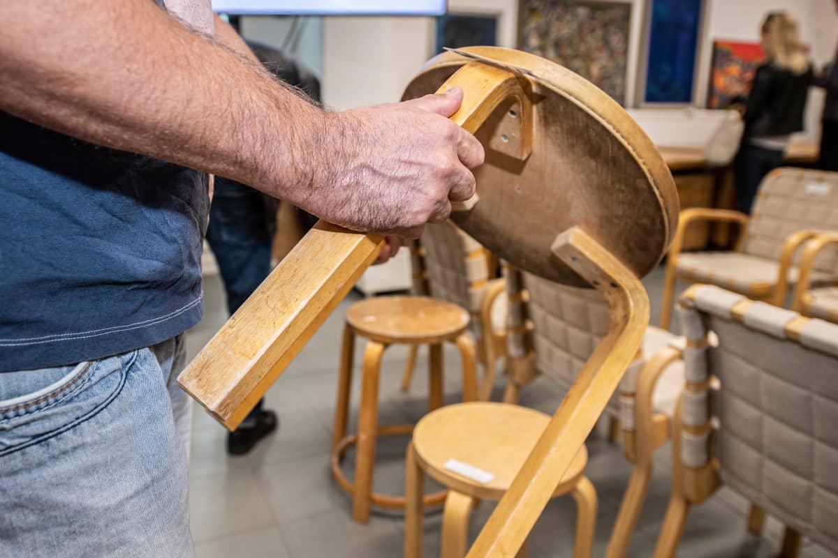 Artek tuoleja huutokaupassa.