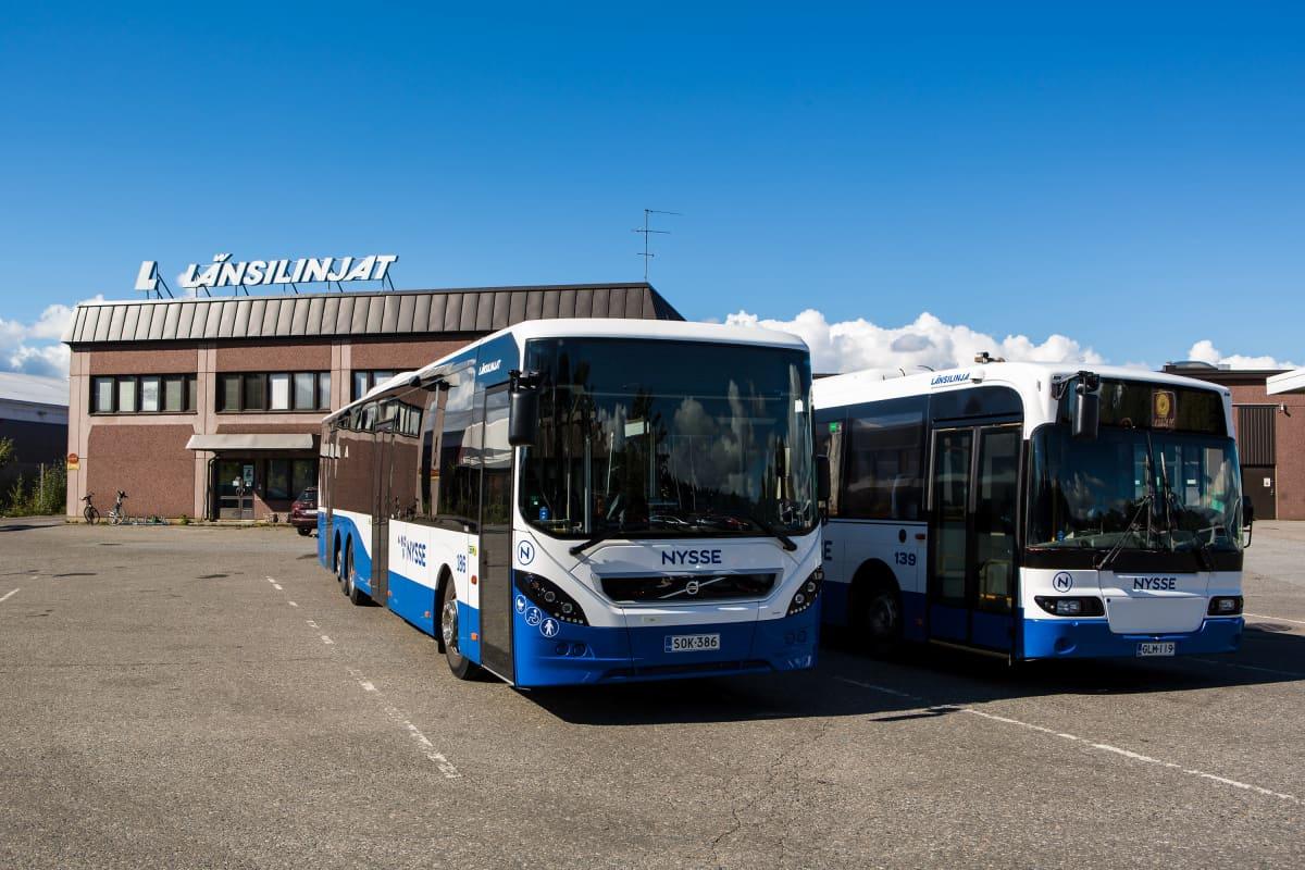 Busseja Länsilinjojen terminaalilla.