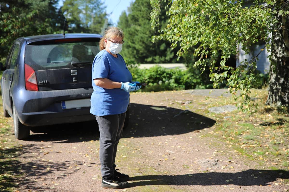 Perushoitaja Minna Kumpumäki kotihoitokäynnillä.