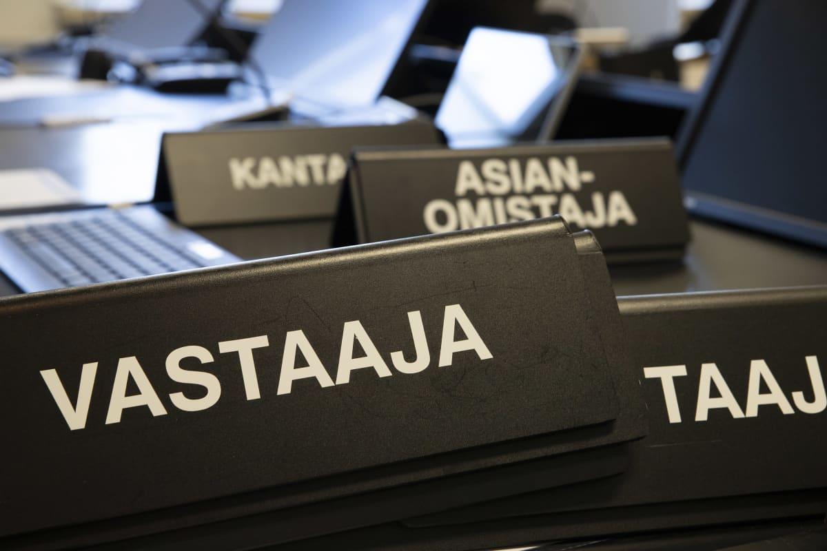 Oikeuden nimikointilaattoja pöydällä.