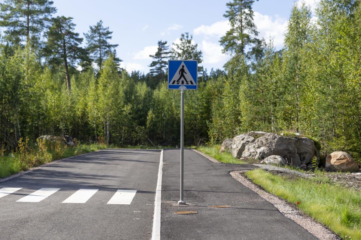 Autotie, suojatie ja kevyenliikenteen väylä odottavat käyttäjiä.
