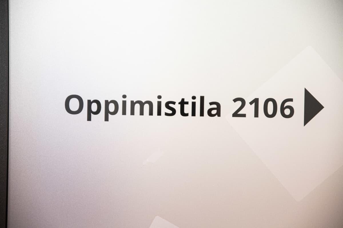 """Savon ammattiopiston seinällä oleva teksti, jossa lukee """"Oppimistila 2106""""."""