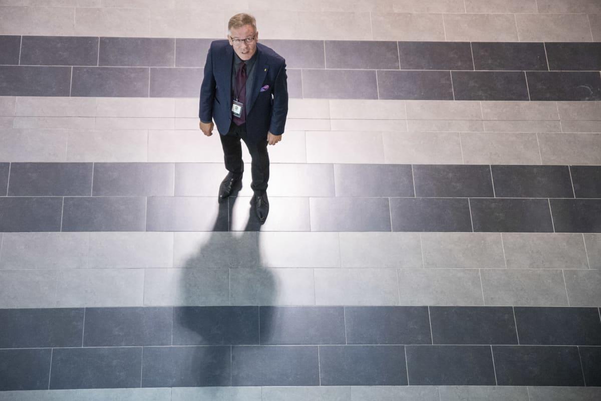 Savon koulutuskuntayhtymän johtaja Heikki Helve seisoo ja katsoo ylöspäin kameraan.
