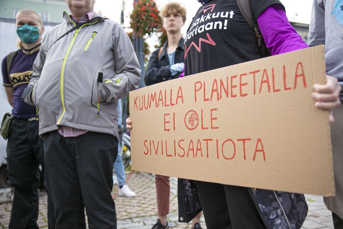 Nuoret osoittavat mieltä Suomen luonnon puolesta Lahden kauppatorilla.