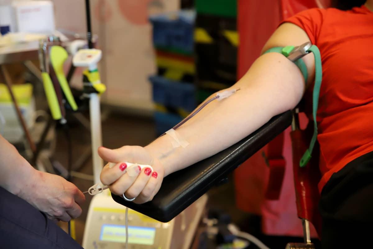käsi ojennettuna verenluovutukseen
