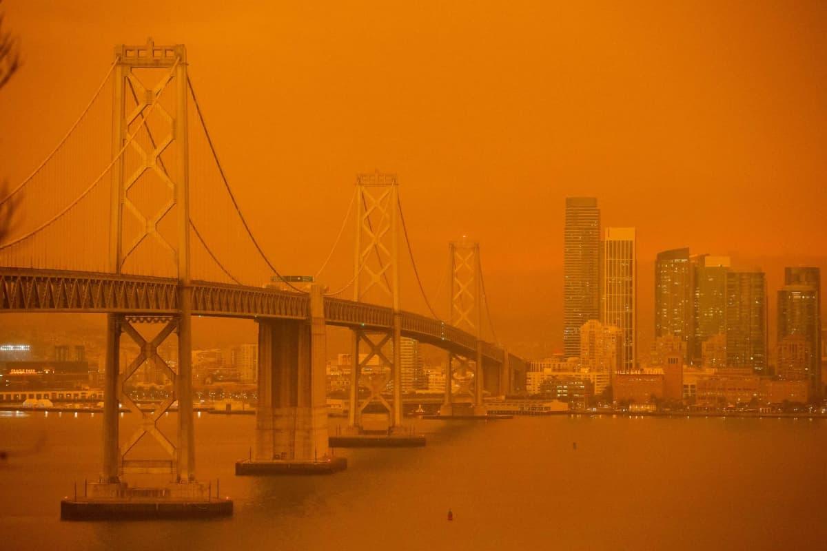 Yhdysvalloissa San Franciscossa maastopalot värjäsivät taivaan oranssiksi.
