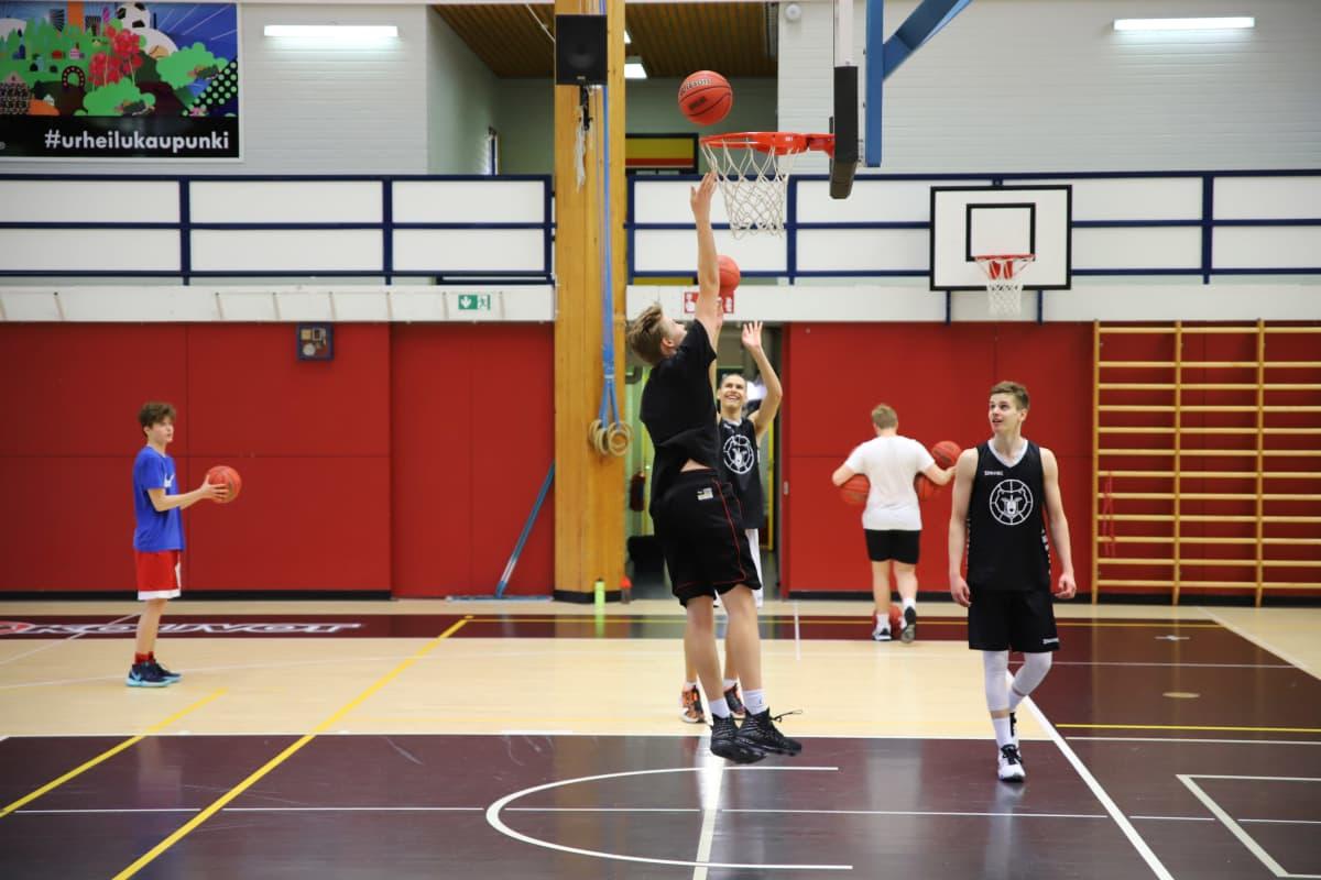 Kouvolan urheiluakatemian pelaajia koripalloharjoituksissa Mansikka-ahon urheiluhallilla Kouvolassa.