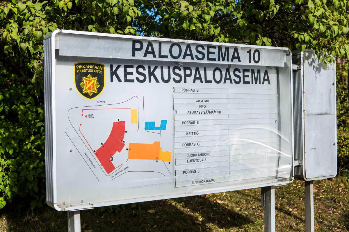 Tampereen keskuspaloaseman kyltti.