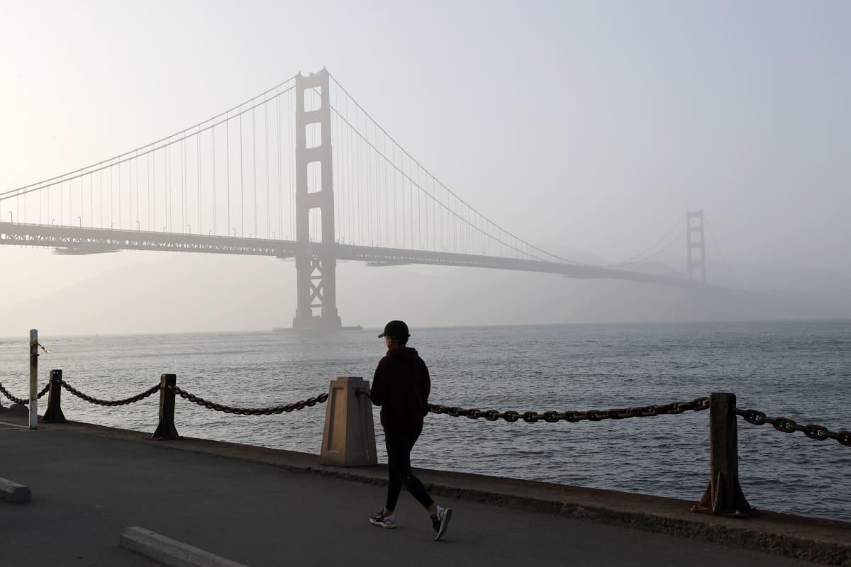 San Franciscossa, Kaliforniassa ilma oli maanantaina näin sameaa Golden Gate -sillan luona. Keskiviikkona tilanne oli kaupungissa jo hyvä.