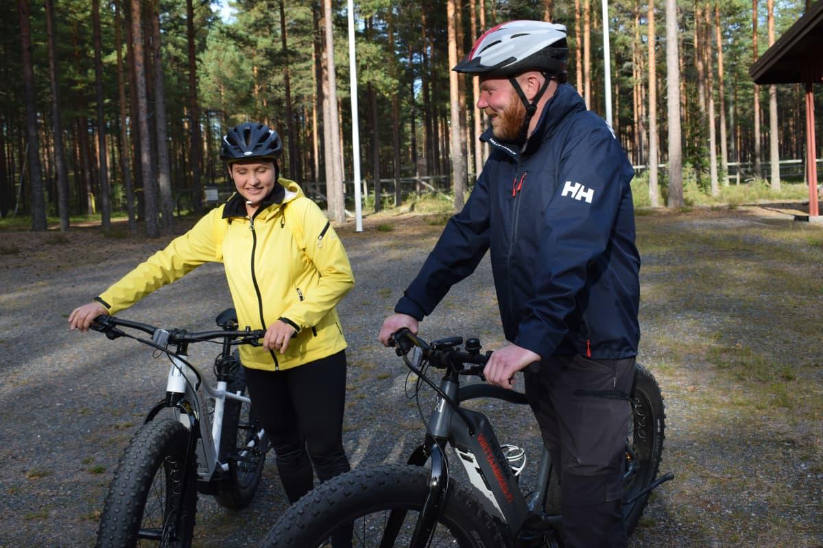 Jyri ja Leena Lehtinen läskipyöräretkellä Virttaalla.