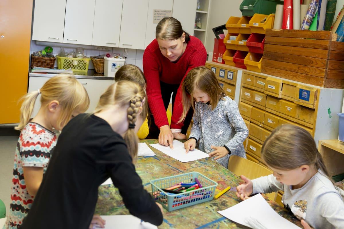 Lapset piirtävät pöydän ääressä.